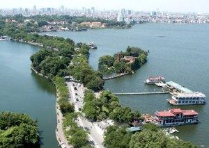 Zicht op Hanoi, waar relatieve laagbouw het zicht op de stad nog domineert.