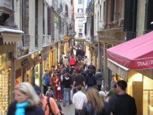 Wordt Venetië een soort Disneyland, waar toeristen elkaar alleen maar voor de voeten lopen?