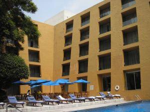 Binnenplaats, met zwembad, van hotel Camino Real.