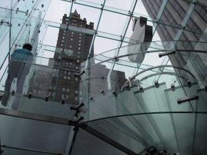 De glazen kubus van de Apple-store aan 767 Fifth Avenue in New York.