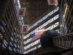 De immense entree van CNN's hoofdkantoor in Atlanta.