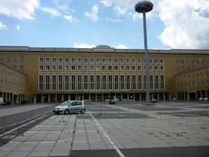 Het enorme complex Flughafen Tempelhof is anno 2009 bijna uitgestorven.
