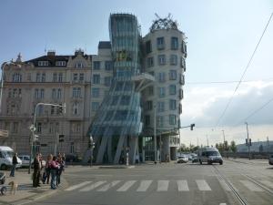 Dancing House van architect Frank Gehry in Praag, niet ver van de opcoming wijk Smíchov.