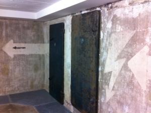 Sammlung Boros: her en der zitten nog oude, stalen deuren en luiken in de muur.
