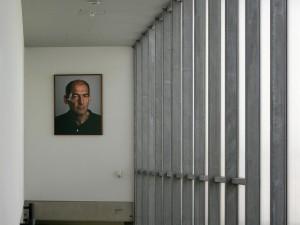 Portret van architect Rem Koolhaas in de Kunsthal.