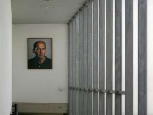 Portret van architect Rem Koolhaas in de Kunsthal.