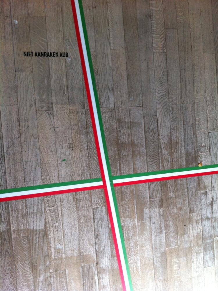 Stijlvol lint op de vloer tijdens de expositie 'Moda, made in Italy' in Modemuseum Hasselt.