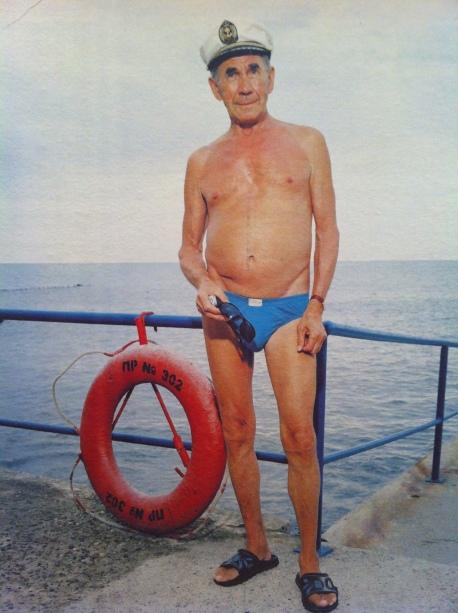 Michail Karabelnikov (77) aan het strand van Sotsji in 2009.