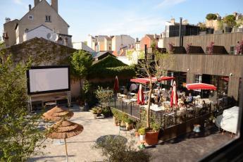 Terras en openluchtbioscoop MOB Hotel Parijs/Saint-Ouen.